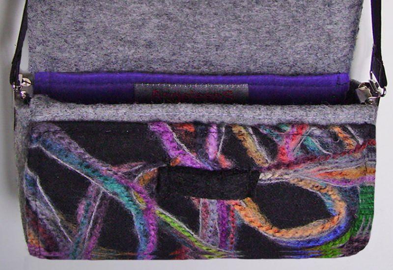 Kleinesbild - Kleine Umhängetasche aus hochwertigem, weichem, schwarz-bunt gemustertem Wollstoff