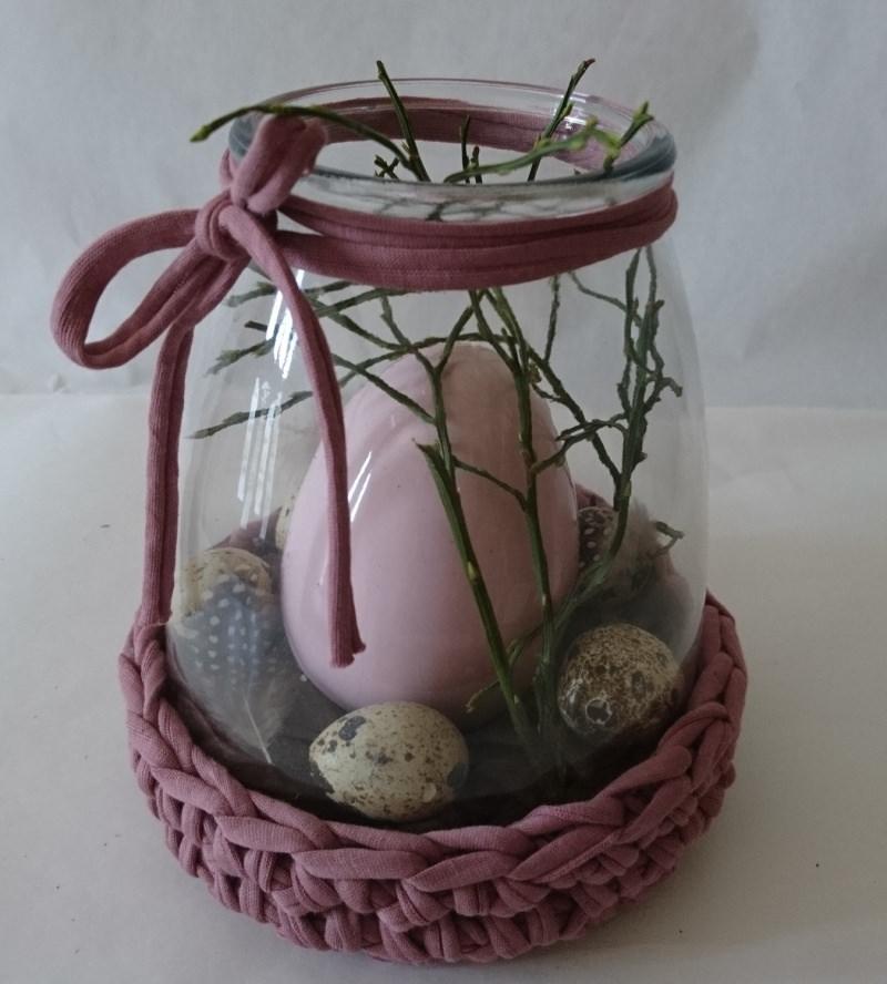 - Ein Keramikei im Glas und mit Zubehör dekoriert - Ein Keramikei im Glas und mit Zubehör dekoriert