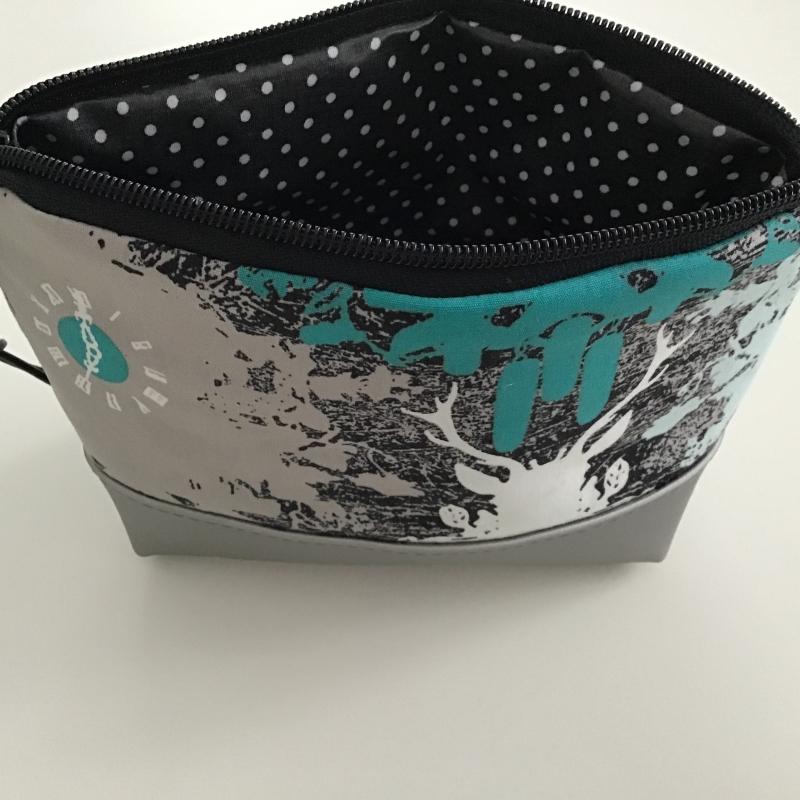 Kleinesbild - Schminktäschchen Silberhirsch genäht aus silberfarbenen Kunstleder und tollem Hirschstoff jetzt kaufen