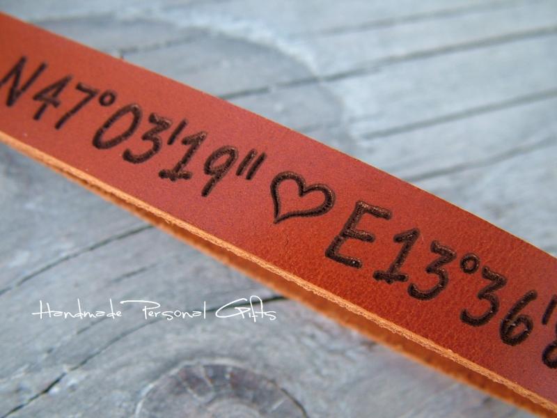 Kleinesbild - Schlüsselanhänger aus Leder, Vollständig anpassbar mit Koordinaten, Namen oder kleinen Text, Herz, benützerdefiniert