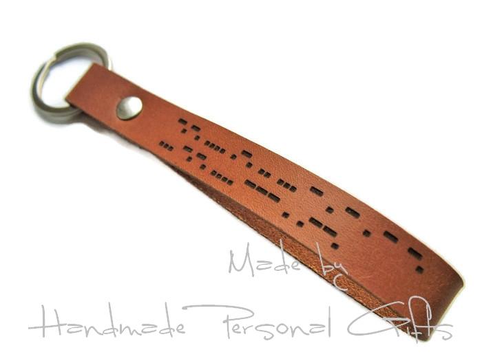 - Schlüsselanhänger aus Leder, Vollständig anpassbar In Morsezeichen, Namen oder kleinen Text, Koordinaten - Schlüsselanhänger aus Leder, Vollständig anpassbar In Morsezeichen, Namen oder kleinen Text, Koordinaten