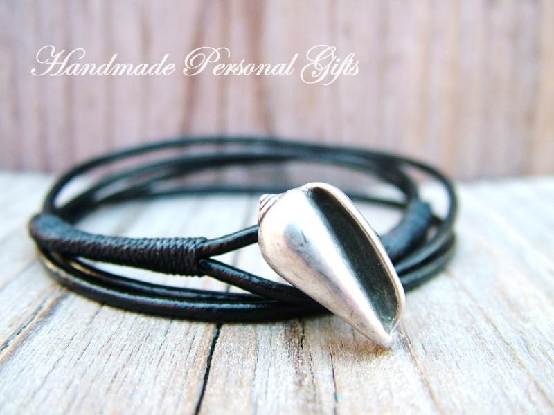 Kleinesbild - Anpassbares Armband Leder, Muschel, Muschelarmband, wrap, Schwarz. Weiss, Ibiza Schmuck, Wickelarmband, einzigartig, benützerdefinierbar