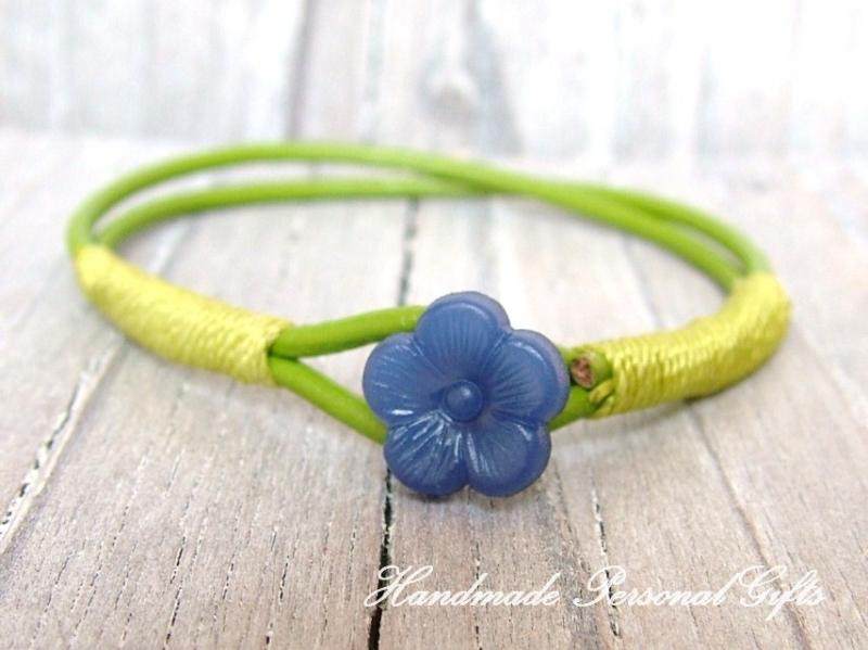 - Kinderarmband, blaue Blume, Blumenarmband, Lederarmband, süßes Armband, Sommerarmband, Blauw, grün - Kinderarmband, blaue Blume, Blumenarmband, Lederarmband, süßes Armband, Sommerarmband, Blauw, grün