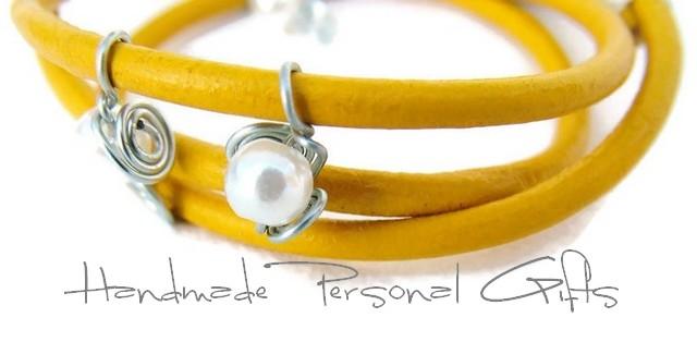 Kleinesbild - Lederwickelarmband in der Farbe Gelb, Edelweis, Perlen, individualisierbares Armband, maßgeschneidertes Armband, Dirndlschmuck, Oktoberfest, Dirndl