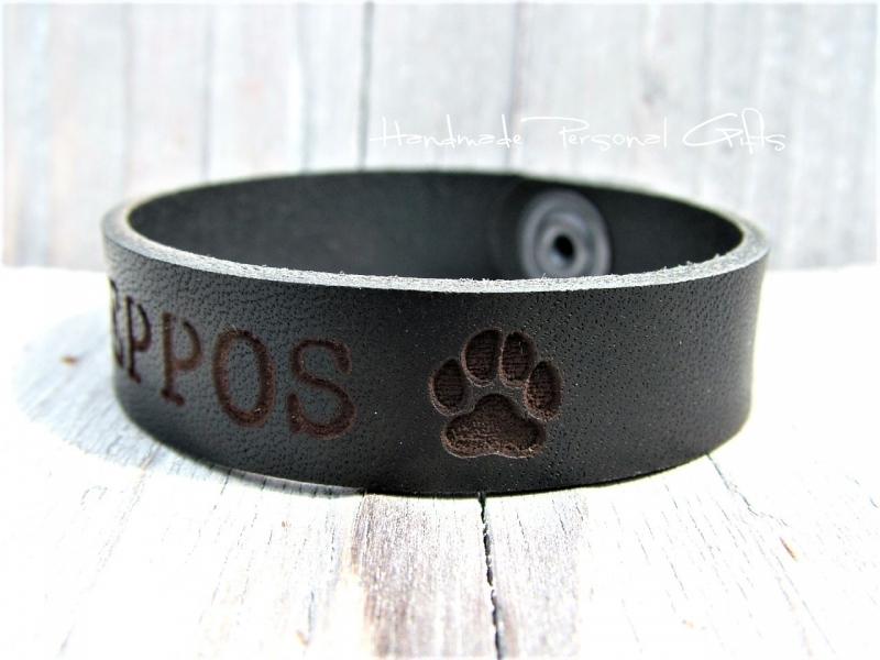 - Namensarmband, Lederarmband, Hundepfote, Armband mit Hundepfoten, Armband mit Text, mit Namen,Telefonnummer, Armband aus Leder - Namensarmband, Lederarmband, Hundepfote, Armband mit Hundepfoten, Armband mit Text, mit Namen,Telefonnummer, Armband aus Leder