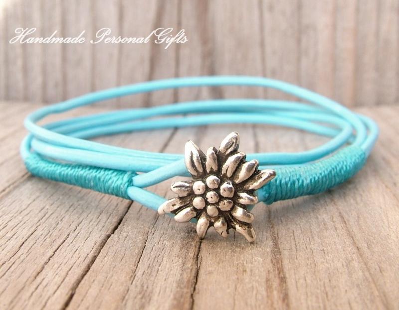 - Lederarmband mit einem schönen Edelweiß als Hingucker, Edelweis, Blume, Blumenarmband, als Armband zu verwenden, Leder Halskette  - Lederarmband mit einem schönen Edelweiß als Hingucker, Edelweis, Blume, Blumenarmband, als Armband zu verwenden, Leder Halskette