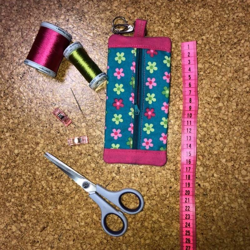 Kleinesbild - Stickdatei  *Stiftebaumler*  ITH  18 x 9 cm Mäppchen Stiftetasche mit Reißverschluss, Maskentasche