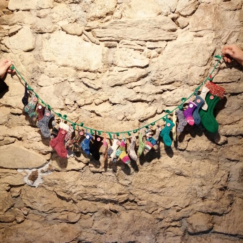Kleinesbild - Weihnachtsschmuck Adventkalender Socken handgestrickt mit Ilex-Girlande immer wieder befüllbar