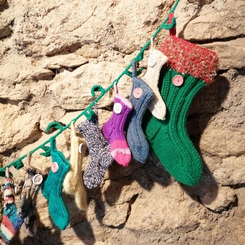 - Weihnachtsschmuck Adventkalender Socken handgestrickt mit Ilex-Girlande immer wieder befüllbar - Weihnachtsschmuck Adventkalender Socken handgestrickt mit Ilex-Girlande immer wieder befüllbar