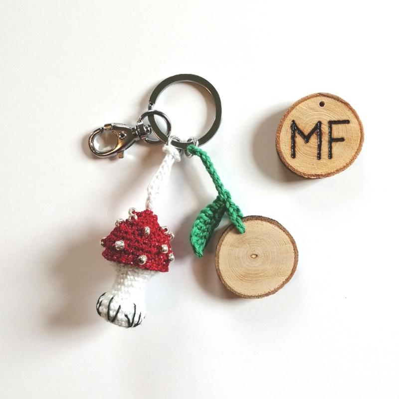- Schlüsselanhänger Taschenbaumler Fliegenpilz handgehäkelt mit Holzscheibchen und Initialen mit Karabiner - Schlüsselanhänger Taschenbaumler Fliegenpilz handgehäkelt mit Holzscheibchen und Initialen mit Karabiner