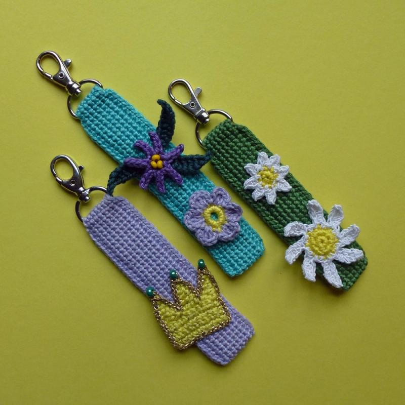 Kleinesbild - Schlüsselanhänger Taschenbaumler mit Blumen und Schriftzug DAHOAM aus Baumwolle handgehäkelt mit Karabiner