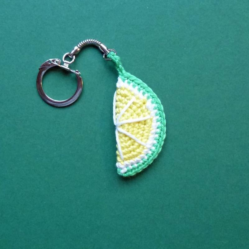 Kleinesbild - Schlüsselanhänger Taschenbaumler Limette Zitrone aus Baumwolle handgehäkelt