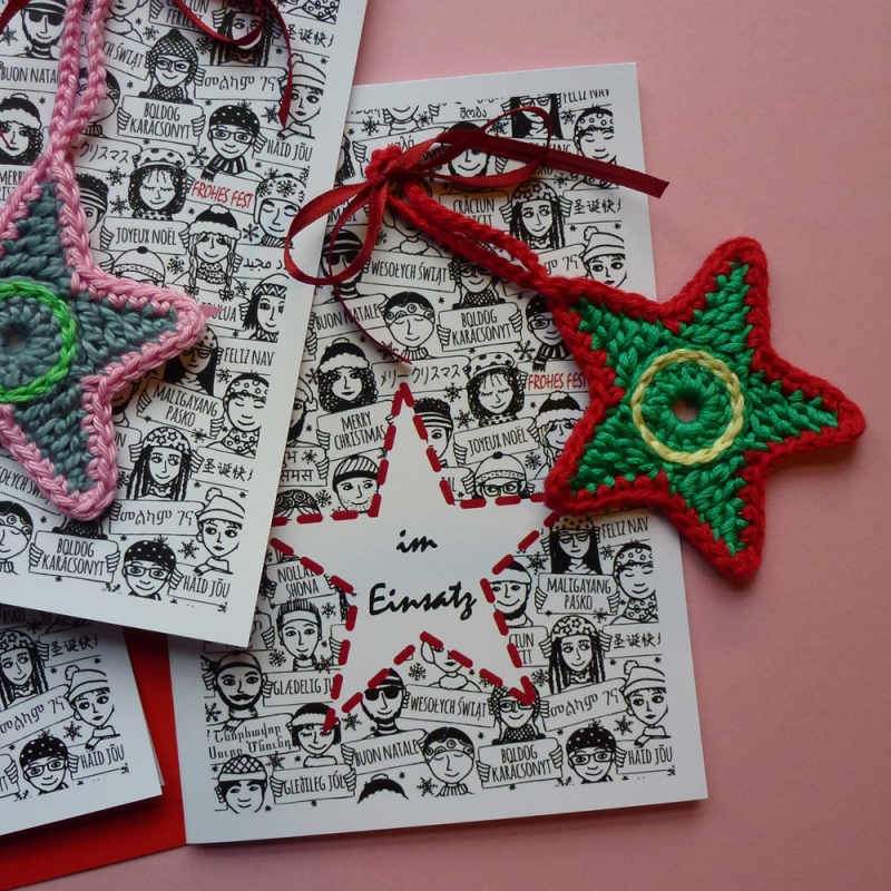 - Weihnachtskarte mit Grüßen in vielen Sprachen und Schriften und abnehmbaren handgehäkeltem Stern - Weihnachtskarte mit Grüßen in vielen Sprachen und Schriften und abnehmbaren handgehäkeltem Stern