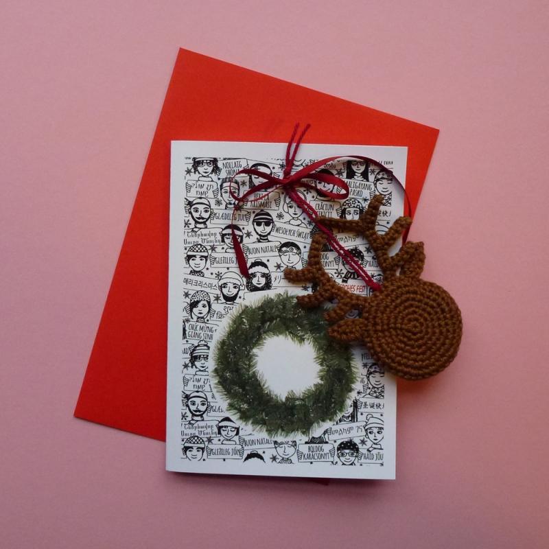 Kleinesbild - Weihnachtskarte mit Grüßen in vielen Sprachen und Schriften und abnehmbaren handgehäkeltem Rentier Rudolph Red Nose