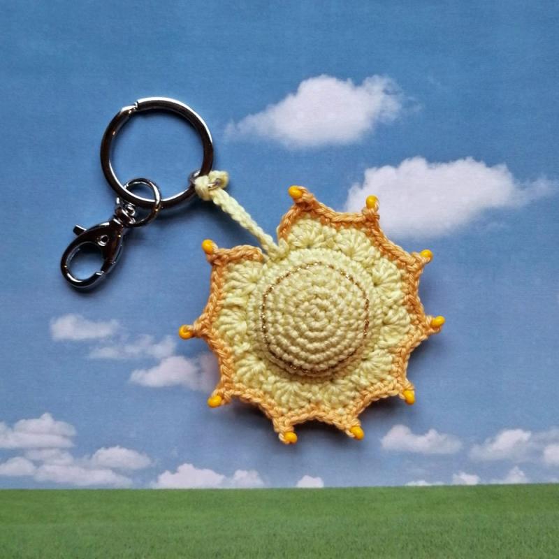 - Schlüsselanhänger Taschenbaumler Sonne aus Baumwolle handgehäkelt mit Glasperlen und Karabiner - Schlüsselanhänger Taschenbaumler Sonne aus Baumwolle handgehäkelt mit Glasperlen und Karabiner