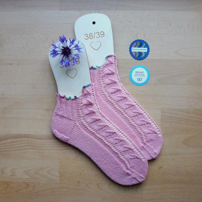 - Sneaker-Socken Größe 38-39 in rosa handgestrickt mit Blatt-Ajourmuster und hübscher Häkelborte - Sneaker-Socken Größe 38-39 in rosa handgestrickt mit Blatt-Ajourmuster und hübscher Häkelborte