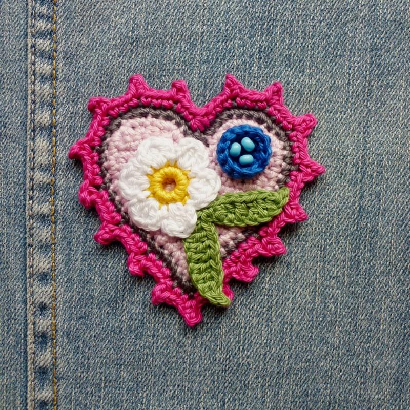 - Button Herz mit Blumen Applikation zum Aufnähen aus Baumwolle gehäkelt - Button Herz mit Blumen Applikation zum Aufnähen aus Baumwolle gehäkelt
