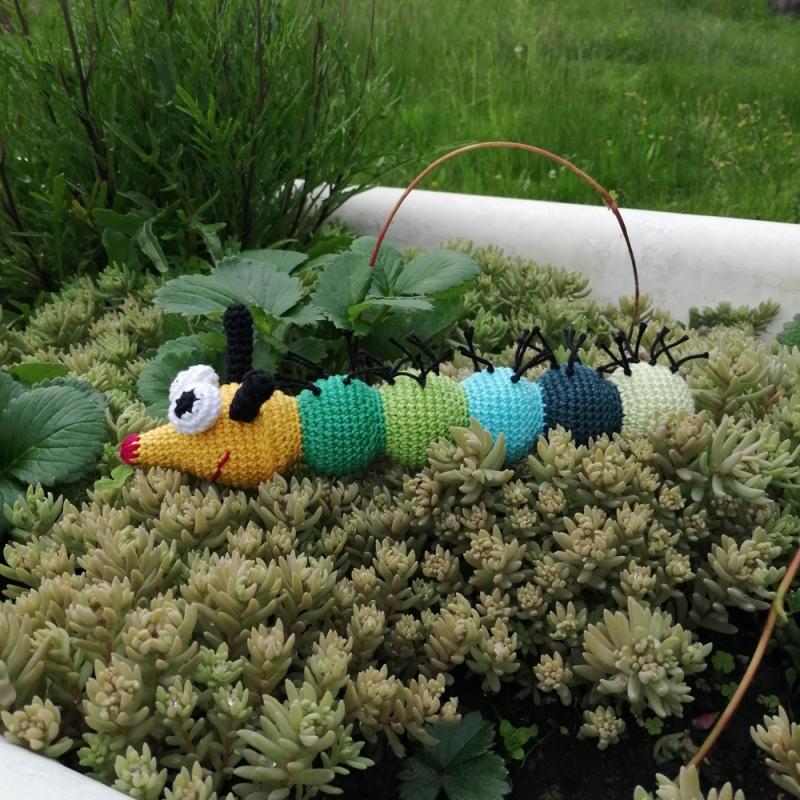 Kleinesbild - grün-gelbe Raupe Häkeltier Kuscheltier mit Glupschaugen und spitzer Nase gehäkelt