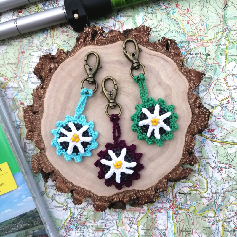 Kleinesbild - Schlüsselanhänger Taschenbaumler mit Edelweiß und Buchstaben personalisierbar aus Baumwolle gehäkelt mit Karabiner