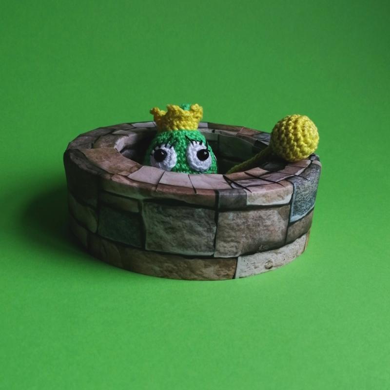Kleinesbild - Schlüsselanhänger Taschenbaumler Frosch Froschkönig mit goldener Kugel aus Baumwolle gehäkelt mit Karabiner