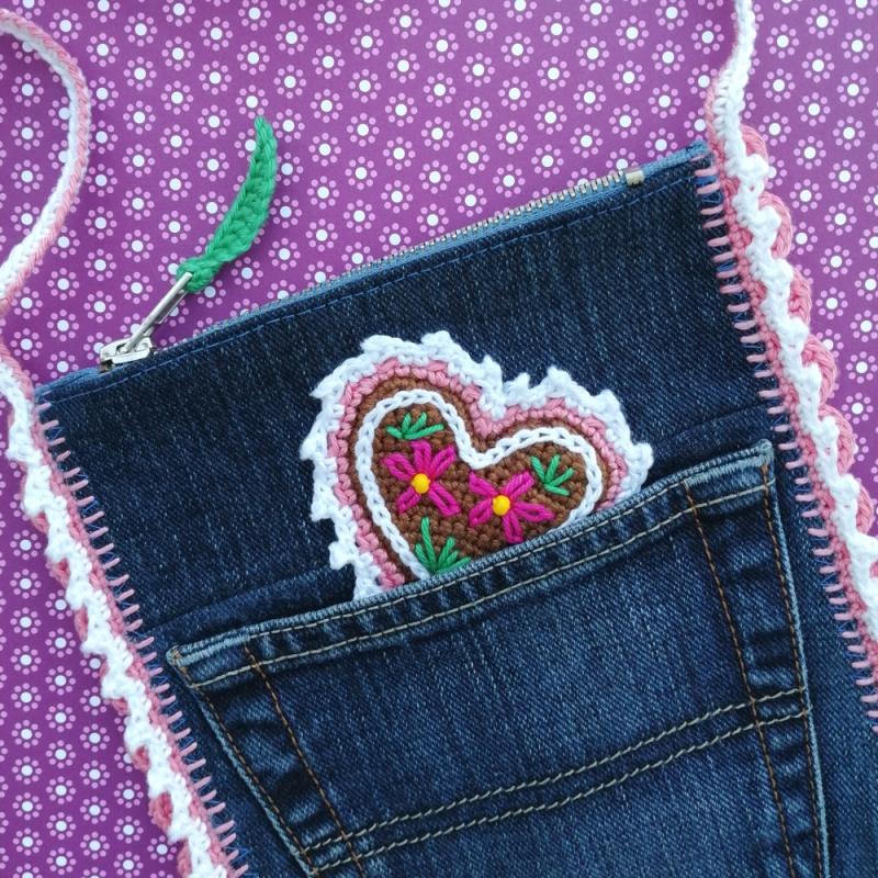 Kleinesbild - Täschchen Jeans-Upcycling und Häkelei mit Lebkuchenherz und viel Zuckerguss für die Wiesn