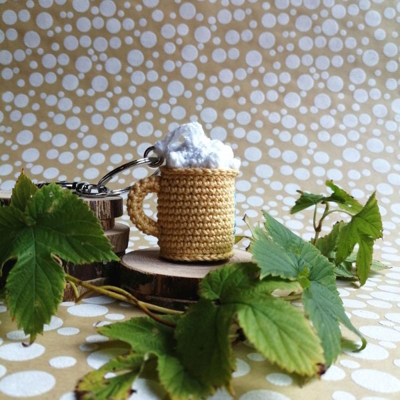 Kleinesbild - Schlüsselanhänger Taschenbaumler Bier Bierkrug Maß aus Baumwolle gehäkelt mit Buchstaben personalisierbar mit Karabiner