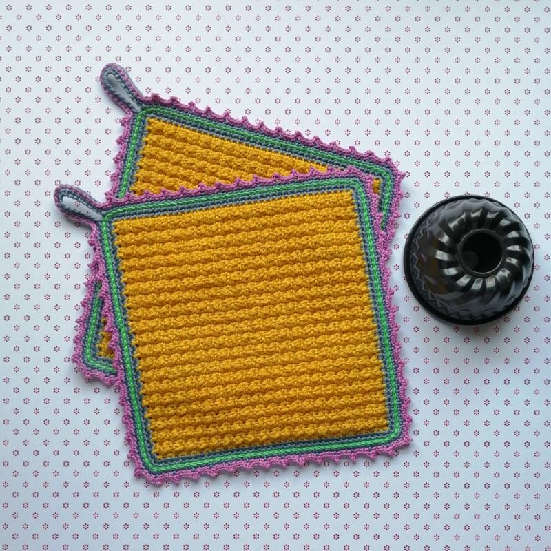 - Zweier-Set Topflappen im Little-Berry-Stitch und hübscher Zierborte aus Baumwolle gehäkelt - Zweier-Set Topflappen im Little-Berry-Stitch und hübscher Zierborte aus Baumwolle gehäkelt