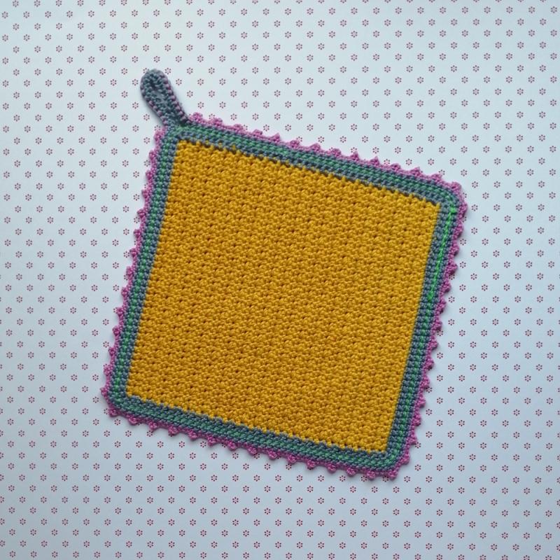 Kleinesbild - Zweier-Set Topflappen im Little-Berry-Stitch und hübscher Zierborte aus Baumwolle gehäkelt
