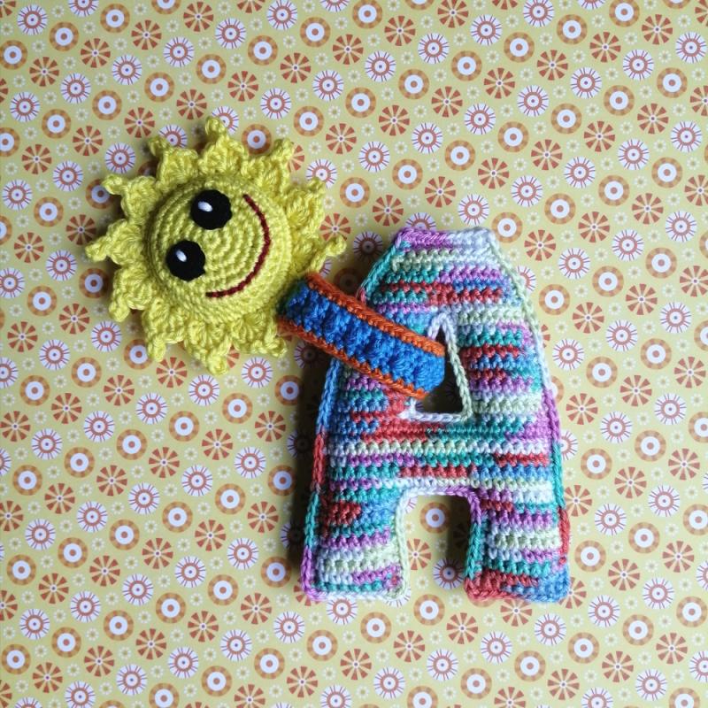 - Babyrassel Rattle mit Buchstaben nach Wahl ABC Alphabet und fröhlicher Sonne handgehäkelt personalisierbar - Babyrassel Rattle mit Buchstaben nach Wahl ABC Alphabet und fröhlicher Sonne handgehäkelt personalisierbar
