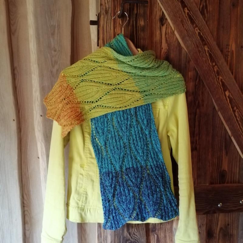 Kleinesbild - Schal mit Blatt-Ajourmuster in Rippenoptik aus Verlaufsgarn in den Farben des Regenbogens handgestrickt