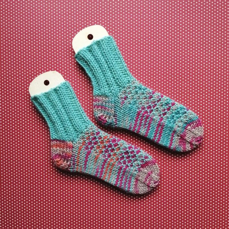 Kleinesbild - Kinder-Socken Größe 22-23 mit Strukturmuster aus petrolfarbener Wolle und buntem Verlaufsgarn handgestrickt