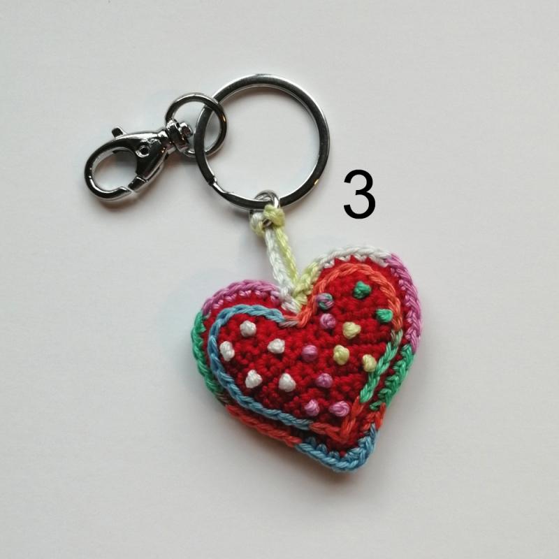 Kleinesbild - Schlüsselanhänger Taschenbaumler Herz ❤️ verschiedene Deko mit Buchstaben personalisierbar aus Baumwolle gehäkelt mit Karabiner