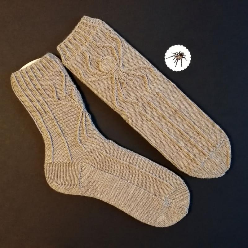 Kleinesbild - Spider-Socken Größe 40-41 mit eingearbeitetem Spinnen-Relief in warmen Grau handgestrickt