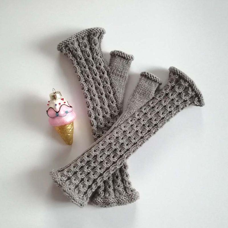 Kleinesbild - Stulpen fingerlose Handschuhe mit Daumen und hübschen Muster aus weicher Natur-Wolle handgestrickt