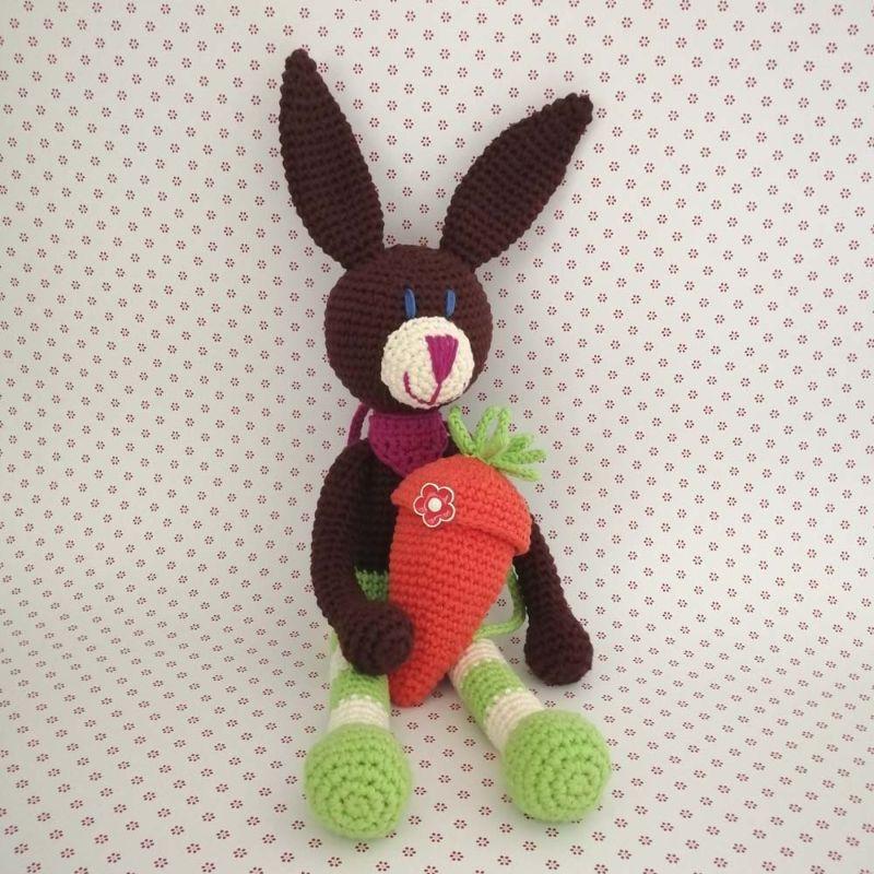 - Hase Kuschelhase Bunny mit frecher Ringelhose und Halstüchlein mit Karotten-Rucksack gehäkelt - Hase Kuschelhase Bunny mit frecher Ringelhose und Halstüchlein mit Karotten-Rucksack gehäkelt