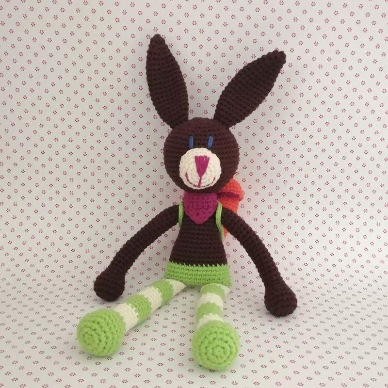 Kleinesbild - Hase Kuschelhase Bunny mit frecher Ringelhose und Halstüchlein mit Karotten-Rucksack gehäkelt