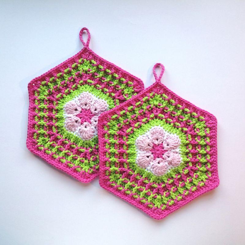 Kleinesbild - Zweier-Set Topflappen im 70er Jahre Retrostyle in süßem Rosa-Pink-Grün im Waffelmuster als Hexagon aus Baumwolle gehäkelt