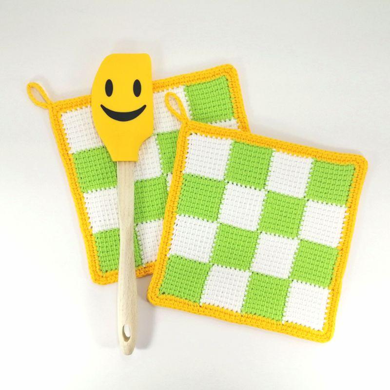 - Zweier-Set Topflappen weiß-grün kariert mit knallgelber Umrandung in tunesischer Häkeltechnik aus Baumwolle gearbeitet - Zweier-Set Topflappen weiß-grün kariert mit knallgelber Umrandung in tunesischer Häkeltechnik aus Baumwolle gearbeitet