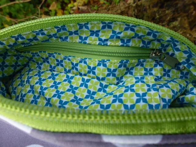 Kleinesbild - ✂ Praktische Bauchtasche, Gürteltasche ☀PUNKTE☀ mit frischen grünem Gurtband, welches unterschiedliche Trageeigenschaften ermöglicht ✂