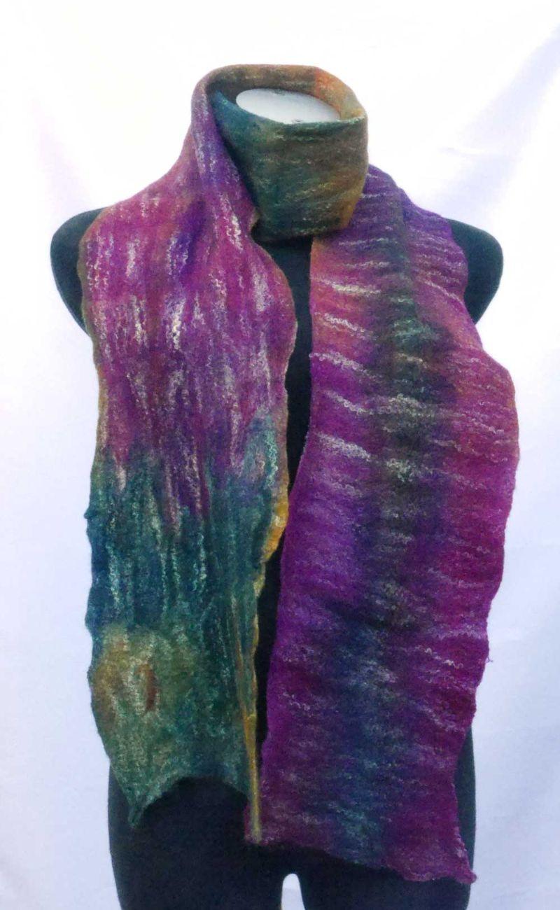 - Filzschal Merinowolle mit Bambusfasern handgemacht violett-blaugrün - Filzschal Merinowolle mit Bambusfasern handgemacht violett-blaugrün