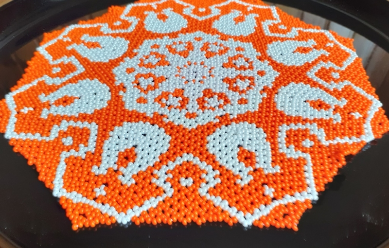 - Perlendecke - Oranges Deckchen mit weißen Tulpen - Perlendecke - Oranges Deckchen mit weißen Tulpen