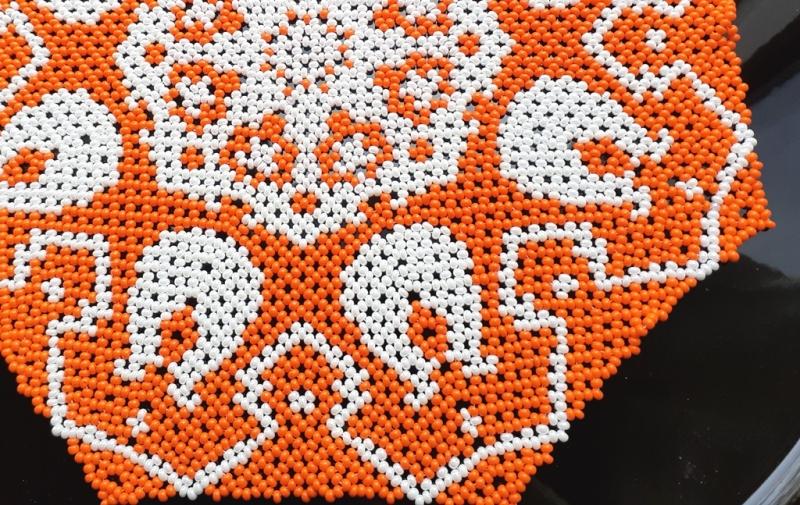 Kleinesbild - Perlendecke - Oranges Deckchen mit weißen Tulpen