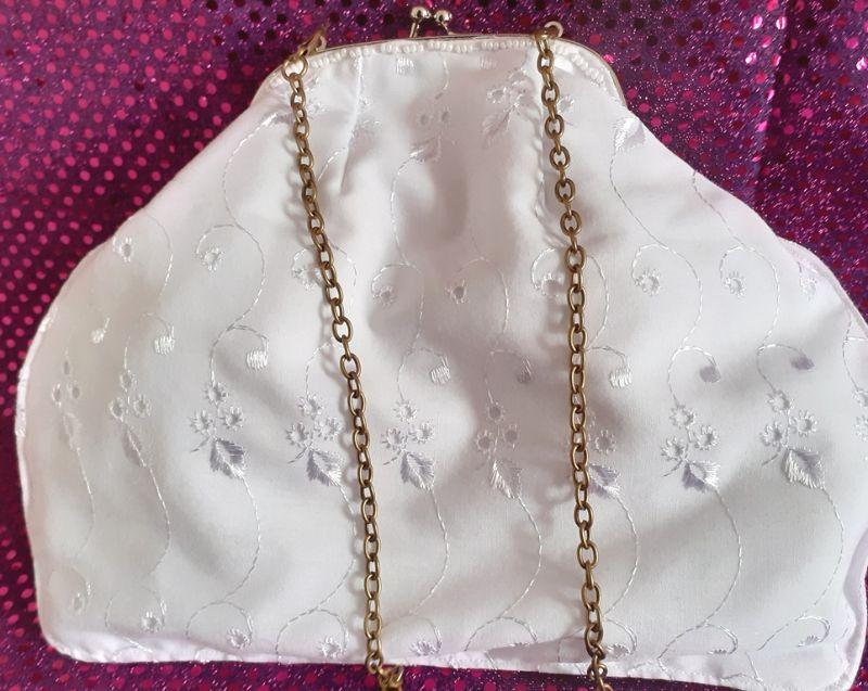 Kleinesbild - Midi-Tasche ganz in weiß mit Taschen-Bügel und Kette