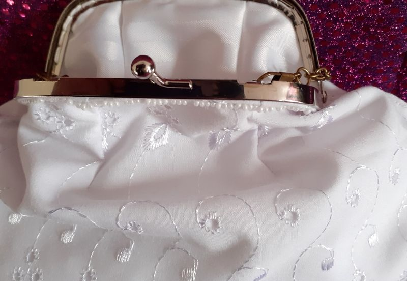 - Midi-Tasche ganz in weiß mit Taschen-Bügel und Kette - Midi-Tasche ganz in weiß mit Taschen-Bügel und Kette