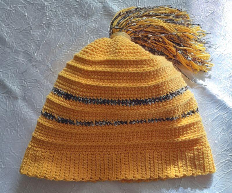 Kleinesbild - Gehäkelte Mütze, gelb, mit Pferdeschwanz aus Garnstreifen