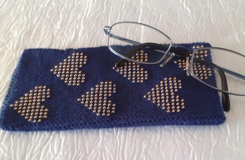 - Handy- / Brillentasche gehäkelt mit elastischem Sockengarn dunkelblau mit Perlen - Handy- / Brillentasche gehäkelt mit elastischem Sockengarn dunkelblau mit Perlen