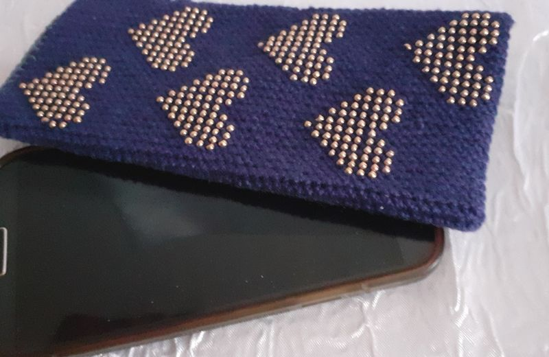 Kleinesbild - Handy- / Brillentasche gehäkelt mit elastischem Sockengarn dunkelblau mit Perlen