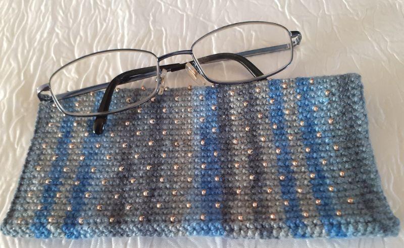 Kleinesbild - Handy- / Brillentasche gehäkelt mit elastischem Sockengarn im Farbverlauf mit Perlen