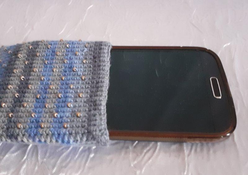 - Handy- / Brillentasche gehäkelt mit elastischem Sockengarn im Farbverlauf mit Perlen - Handy- / Brillentasche gehäkelt mit elastischem Sockengarn im Farbverlauf mit Perlen