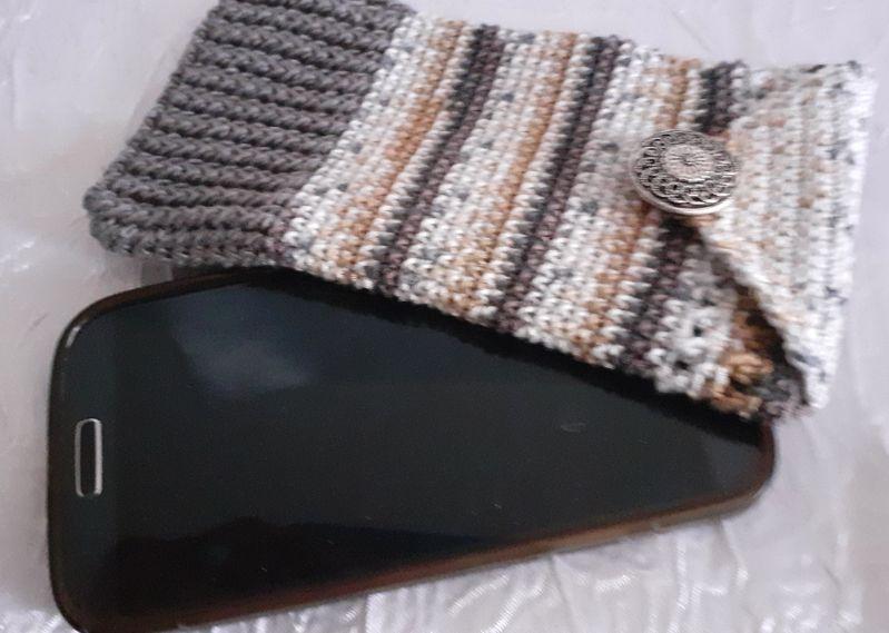 Kleinesbild - Handy- / Brillentasche gehäkelt mit elastischem Sockengarn im Farbverlauf mit Knopf verziert